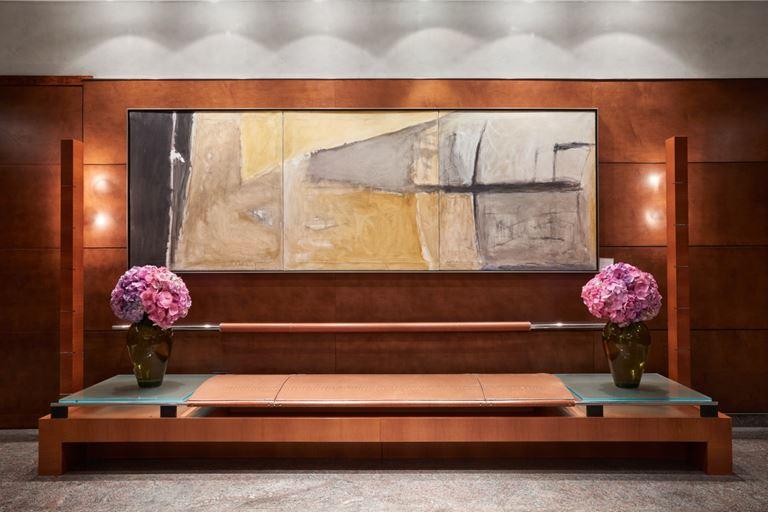 Отель Arts Barcelona: картина и букеты цветов в вазах