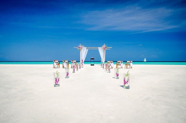 Свадьба мечты на курортах One&Only - церемония на закате на курорте One&Only Reethi Rah