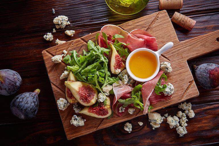 Сезон инжира в итальянском кафе «Руккола» - Инжир с пармской ветчиной и голубым сыром