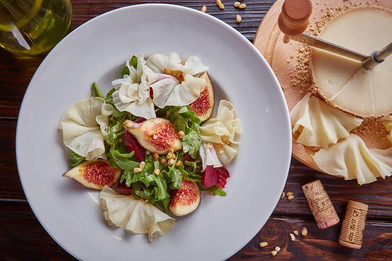 Сезон инжира в итальянском кафе «Руккола» - Салат с инжиром, печёной свеклой и сыром Тет де Муан