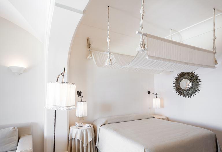 ОтельCapri Palace - белый дизайн интерьера номера