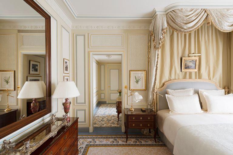 Отель Ritz Paris, Франция - новый номер suite - Suite Ernest Hemingway - интерьер с кроватью и зеркалом