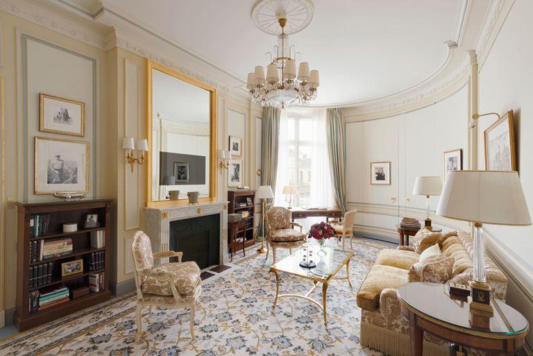 Отель Ritz Paris, Франция - новый номер suite - Suite Ernest Hemingway - интерьер гостиной