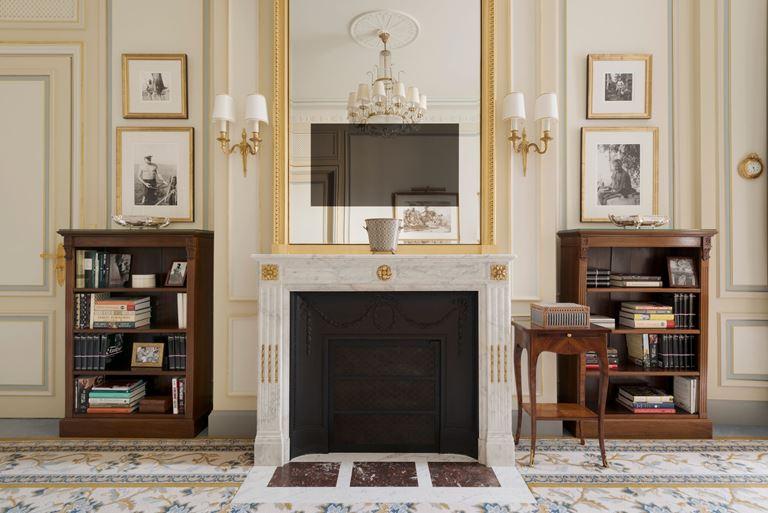 Отель Ritz Paris, Франция - новый номер suite - Suite Ernest Hemingway - интерьер с камином
