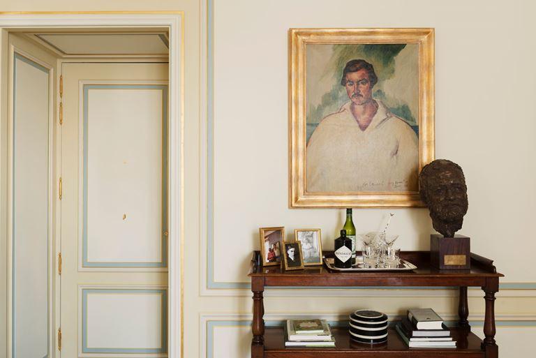 Отель Ritz Paris, Франция - новый номер suite - Suite Ernest Hemingway с картиной на стене