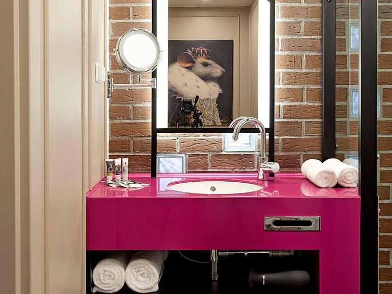Mercure Калининград Центр - ванная комната с розовой раковиной