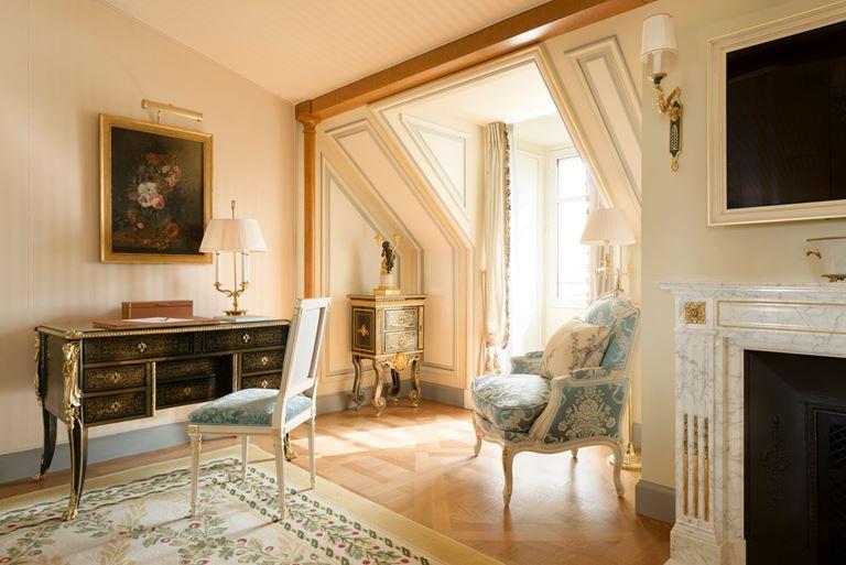Отель Ritz Paris, Франция - новый номер suite - L'Appartement Ritz - гостиная с комодом и креслами