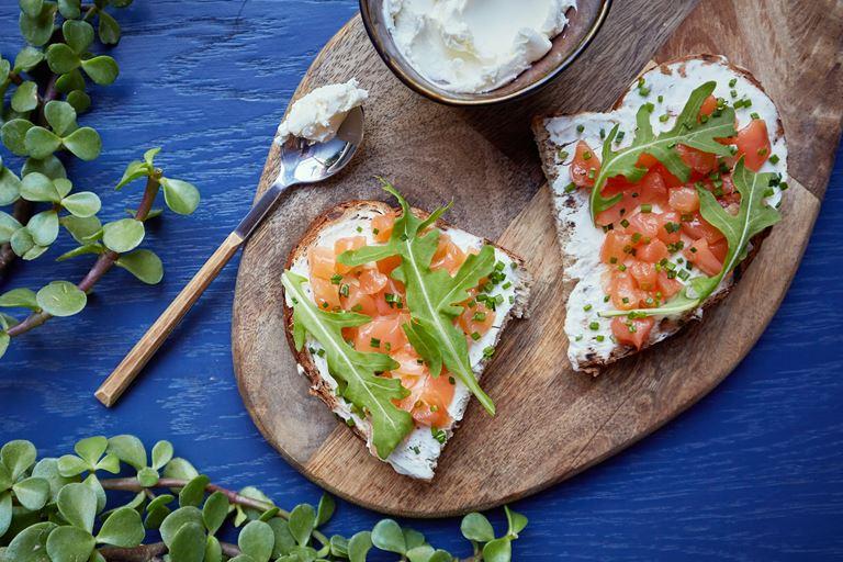 Новое меню в LITTLE GARDEN kitchen & bar - Брускетта  со сливочным сыром и слабосоленым лососем