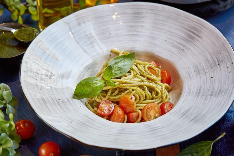 Новое меню в LITTLE GARDEN kitchen & bar - спагетти с песто, помидорами черри и базиликом