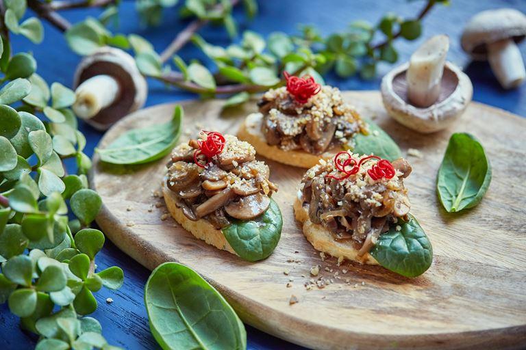 Новое меню в LITTLE GARDEN kitchen & bar - пинчос с жареными грибами и сливочным сыром