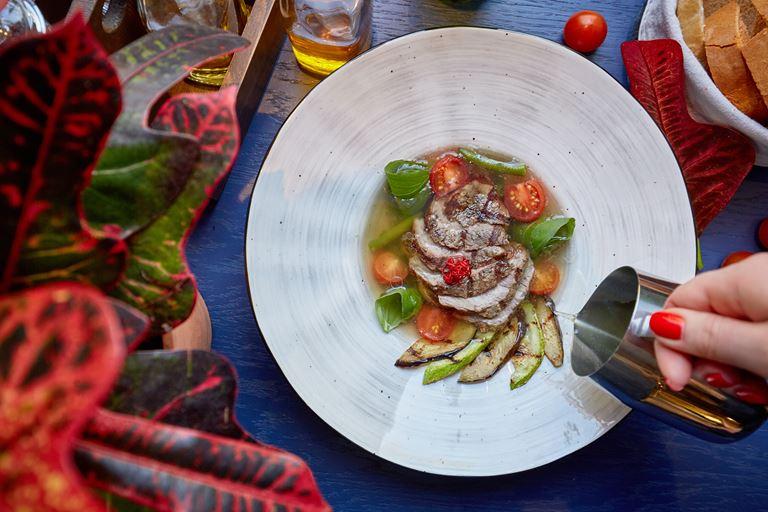 Новое меню в LITTLE GARDEN kitchen & bar - суп на говяжьем бульоне с мраморной говядиной и овощами