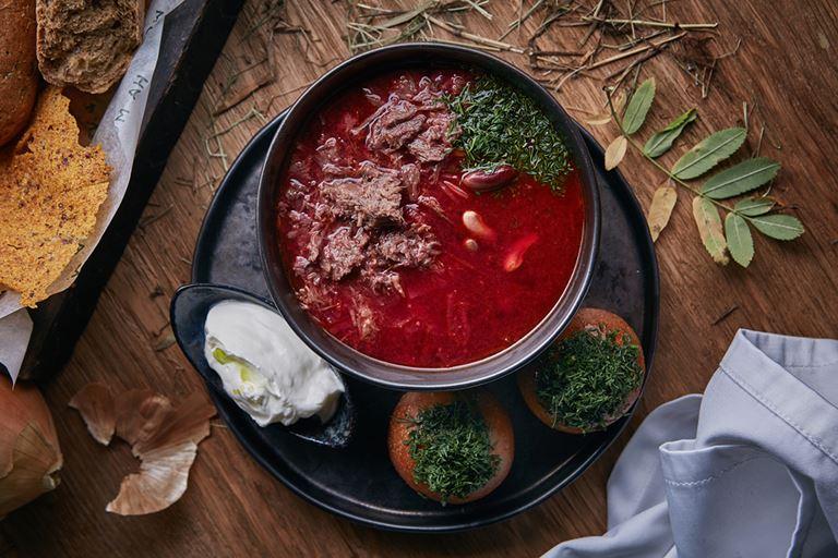 Русские сезоны в ресторане «На Мосфильмовской» - борщ из молодой и квашеной капусты