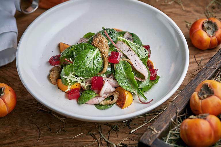 Русские сезоны в ресторане «На Мосфильмовской» - зеленый салат с копченой утиной грудкой