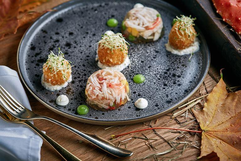 Русские сезоны в ресторане «На Мосфильмовской» - заливное из камчатского краба и северных рыб