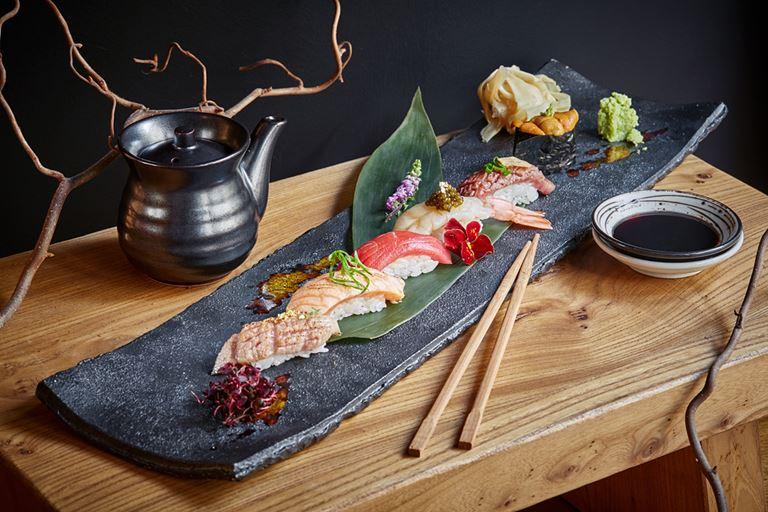 Сет суши в SHIBA: премиальные продукты из Японии, сусальное золото и черная икра в одном блюде