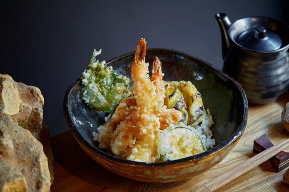 Теплый ролл «Мияко» и пряный тендон в ресторане SHIBA