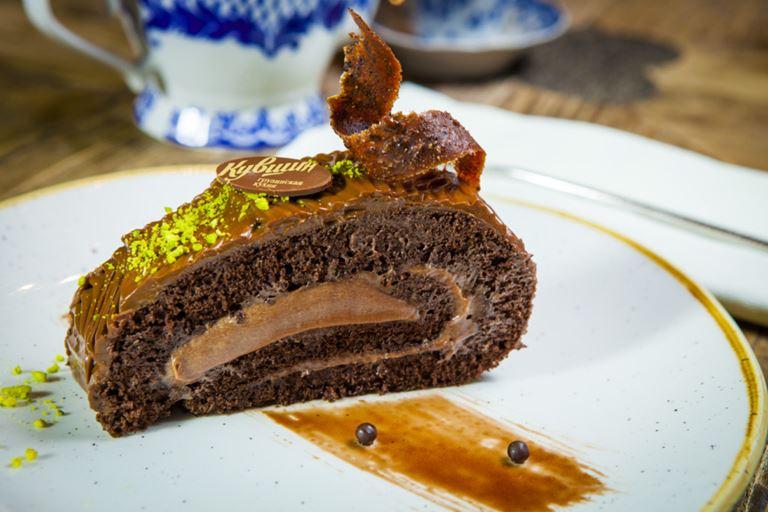 Ctзонное меню в грузинском ресторане «Кувшин» - шоколадный рулет с черносливом