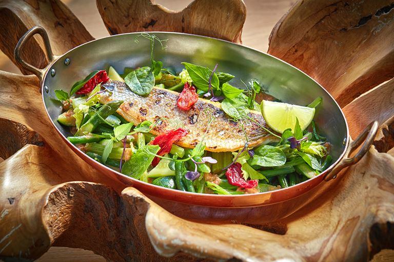 Авторские блюда Режиса Тригеля в ресторане Sixty - Филе сибаса с кокосовым соусом и зелеными овощами