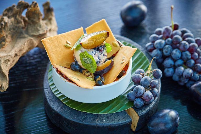 Авторские блюда Режиса Тригеля в ресторане Sixty - теплый пирог «Клафути» со сливами и виноградом
