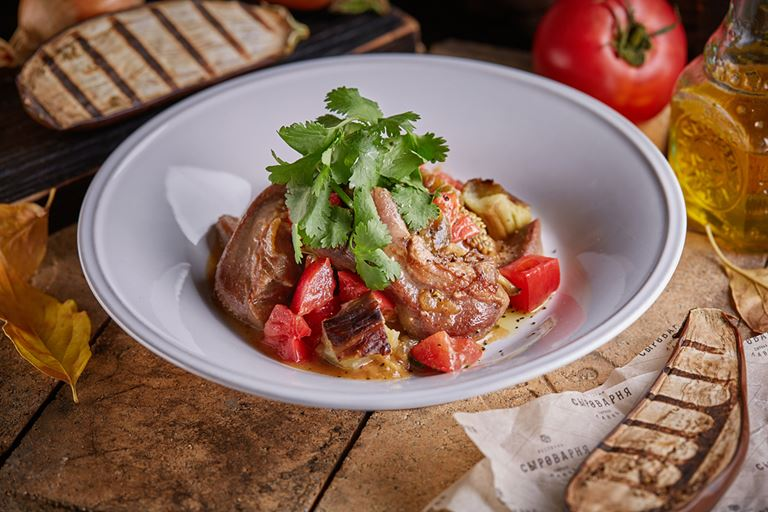 Восемь новых блюд в ресторанах «Сыроварня» - язычки ягненка с баклажанами, томатами и кинзой