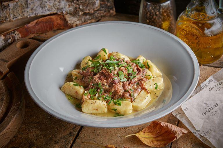 Восемь новых блюд в ресторанах «Сыроварня» - картофельные ньокки с томленной уткой