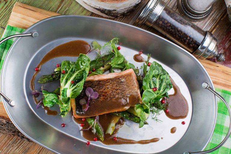 Меню в ресторане Christian - филе лосося гриль с белой спаржей
