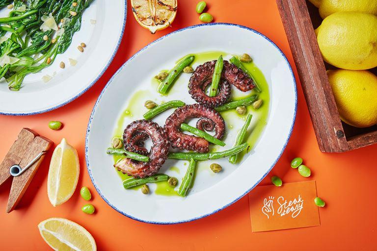Новинки меню хоспер-баров Steak it Easy - Щупальца осьминога на гриле с кенийской фасолью и лимонным маслом