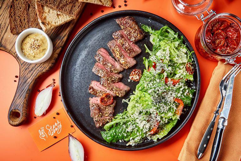Новинки меню хоспер-баров Steak it Easy - Стейк-салат с зеленым миксом и свежим хреном