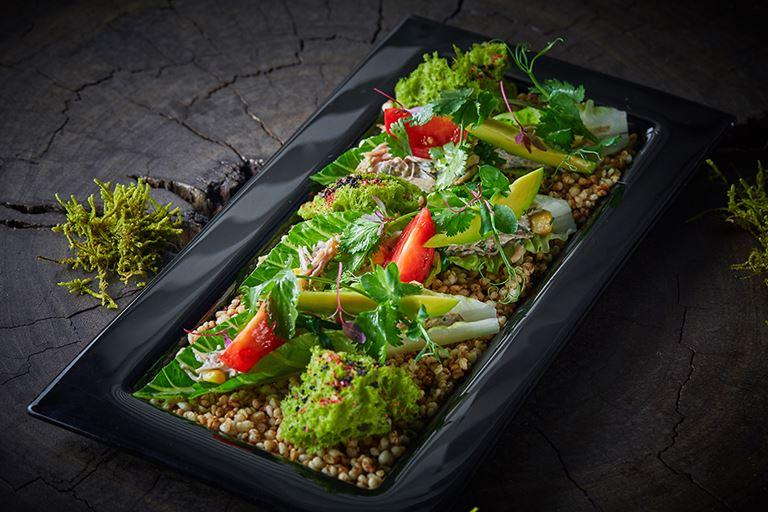 Охотничье меню в ресторане Sixty - зеленые такос в листьях романо с тушеным утиным филе