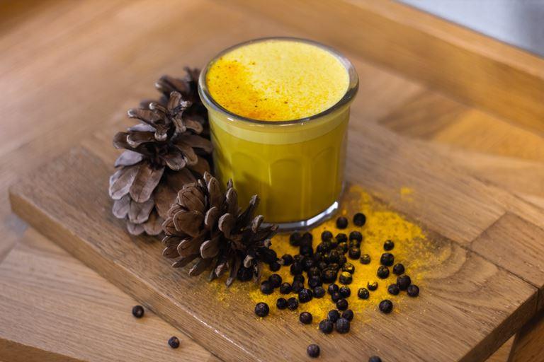«Куркума Латте» (270₽) с можжевельником, молоком и порцией эспрессо