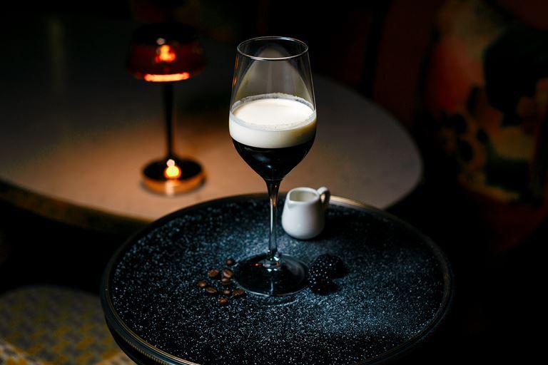 «Айриш кофе» на основе эспрессо, бурбона и ежевичного ликера