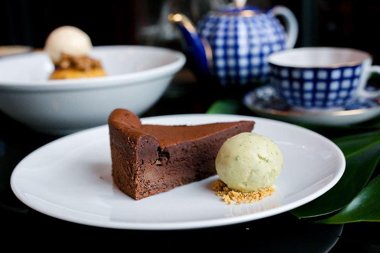 Шоколадный торт с фисташковым мороженым