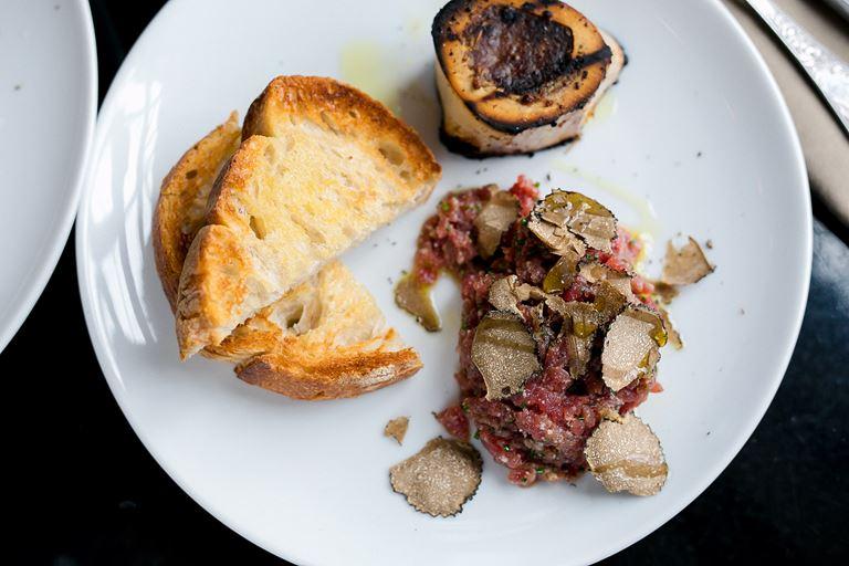 Острый тартар из мраморной говядины с костным мозгом, пармезаном и черным трюфелем