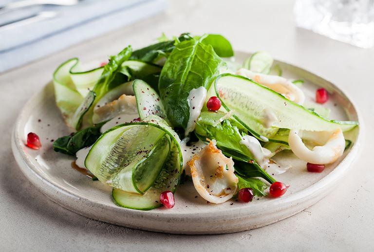 Новинки в ресторане Molto Buono 2.0 - салат из обжаренного кальмара с листьями салата