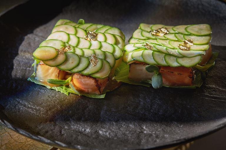 Обожжённый лосось с хамачи, цукини и авокадо под японским соусом
