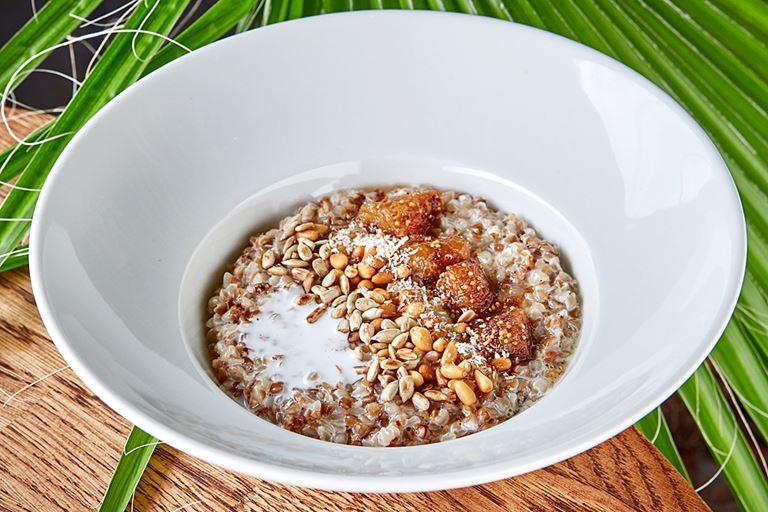 Гречневая каша на кокосовом молоке с вареньем из инжира
