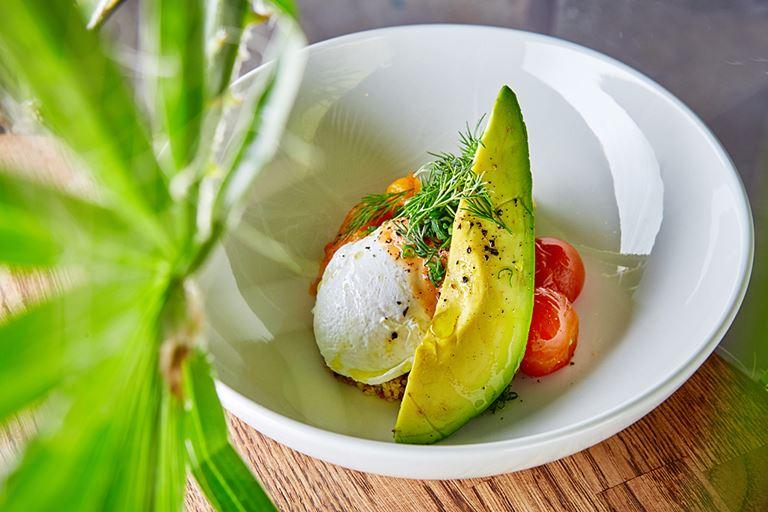Киноа, яйцо пашот, авокадо, печеные томаты, тыква, листья салата