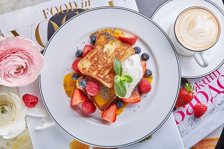 Французский тост со сливками и ягодами