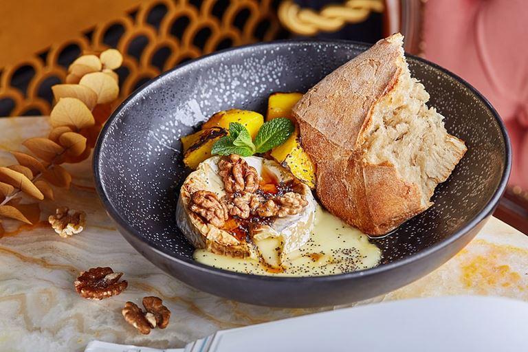 Жареный камамбер с медом, грецкими орехами и тостом