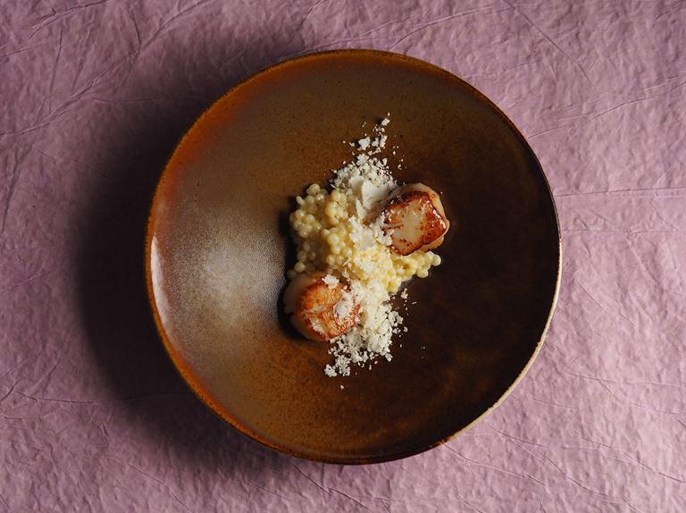 дальневосточный гребешок, «ризотто» из птитима и цветнойкапусты с трюфелем