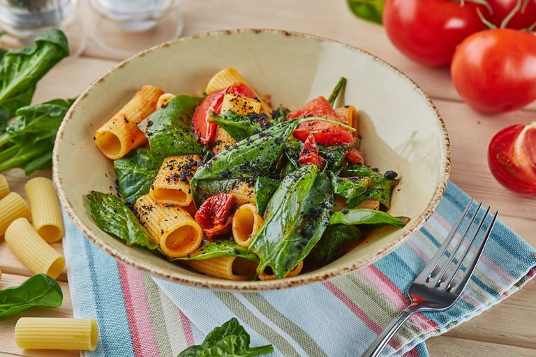 Ригатони с вялеными томатами, шпинатом и землёй из маслин