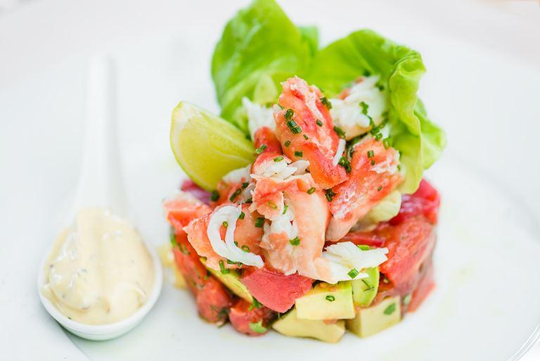 Салат с камчатским крабом, помидорами и авокадо: рецепт от ресторана «Ласточка»