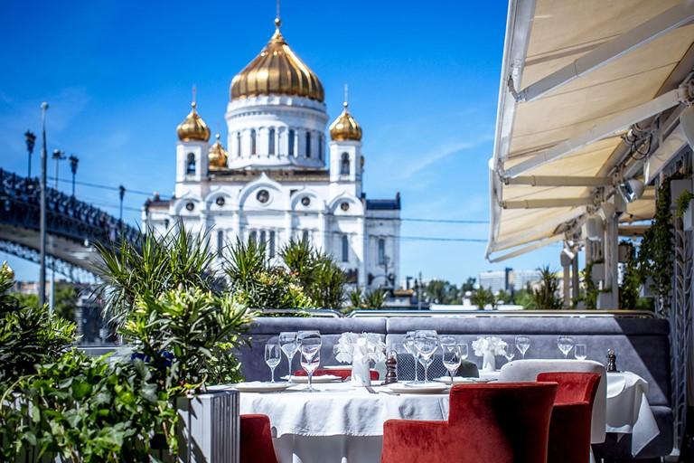 Ресторан Pescatore приглашает на веранду с видом на Храм Христа Спасителя
