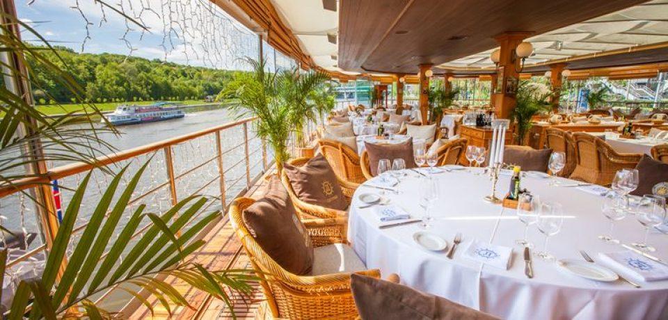 Веранда ресторана-теплохода «Ласточка» на причале Лужники Южный