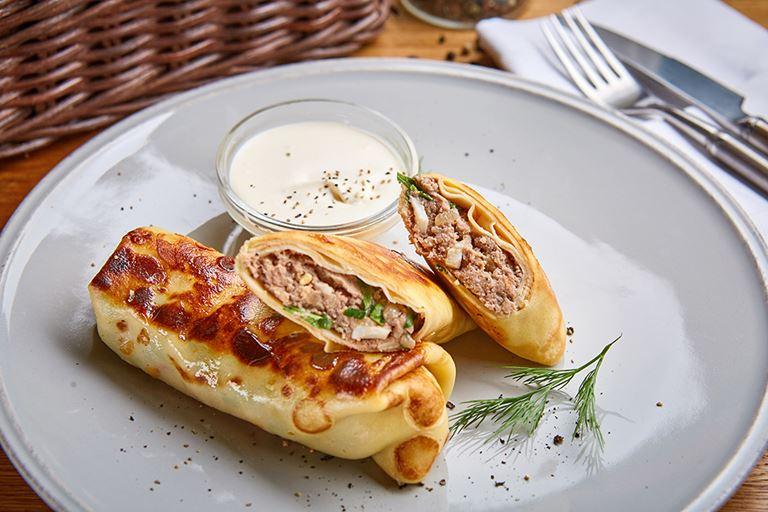 Блины с телятиной и домашней сметаной от ресторана «Сыроварня»