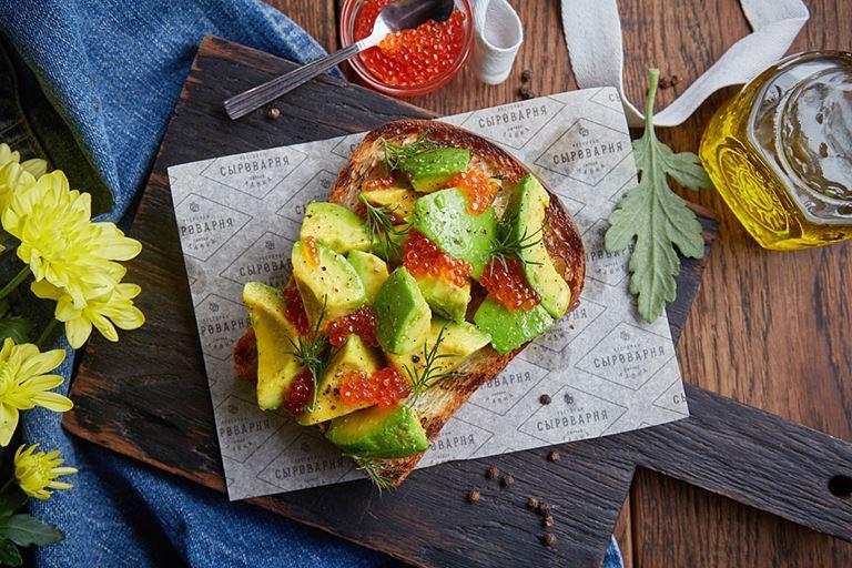 Бриошь с авокадо и икрой форели от ресторана «Сыроварня» – рецепт