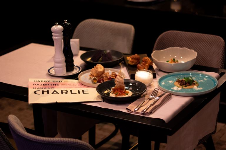 Кафе Charlie приглашает на круиз по Неве на катере - гастрономический сет