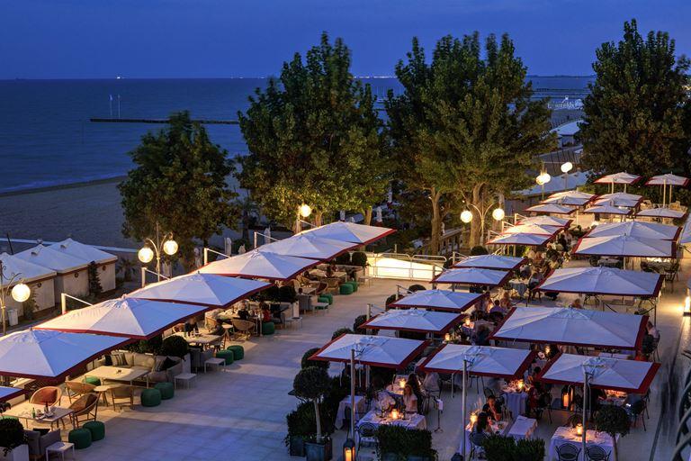 Hotel Excelsior Venice Lido Resort: новый летний ресторан Bistrot del Mare by Lionello Cera - терраса