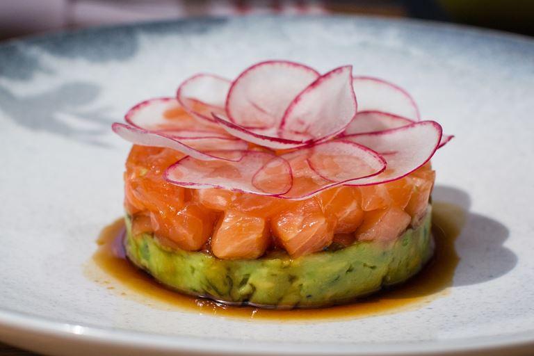 Тартар из лосося, пюре авокадо и редис от Magura Asian Bistro – рецепт