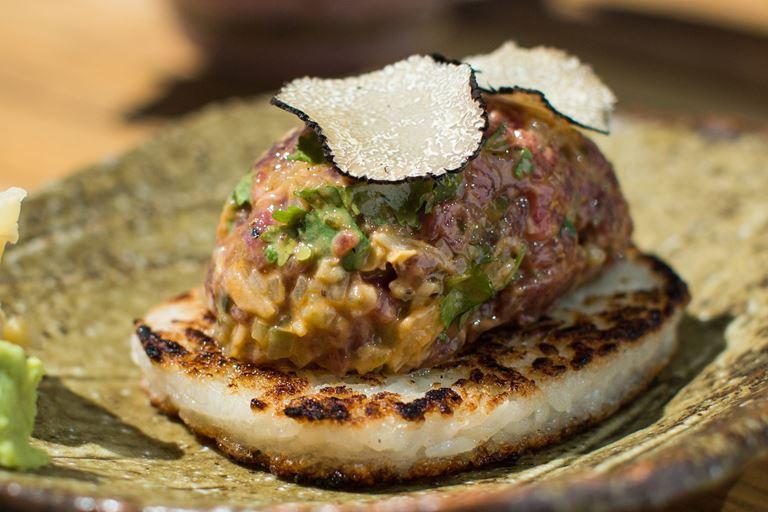 Тартар из говядины с хрустящим рисом и трюфелем от Magura Asian Bistro – рецепт